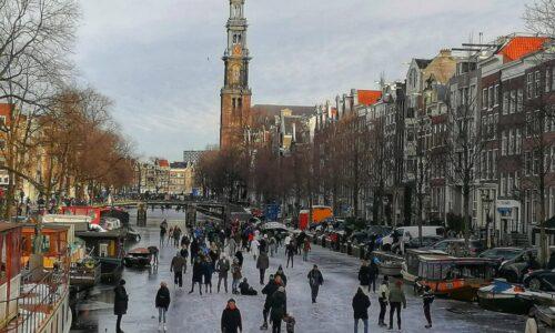 9年ぶりに本格的に運河が凍ったオランダはスケートでお祭り騒ぎ!